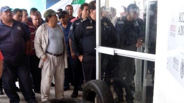 (Luis Rubén López) Trabajadores y policías de Paraíso amenazan con prenderle fuego a las instalaciones del Ayuntamiento.