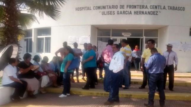 (Neftalí Ortiz / Tabasco HOY) Se plantaron desde las 9 de la mañana del este martes en protesta porque los directivos del hospital comunitario Ulises García Hernández no respetan sus derechos sindicales.