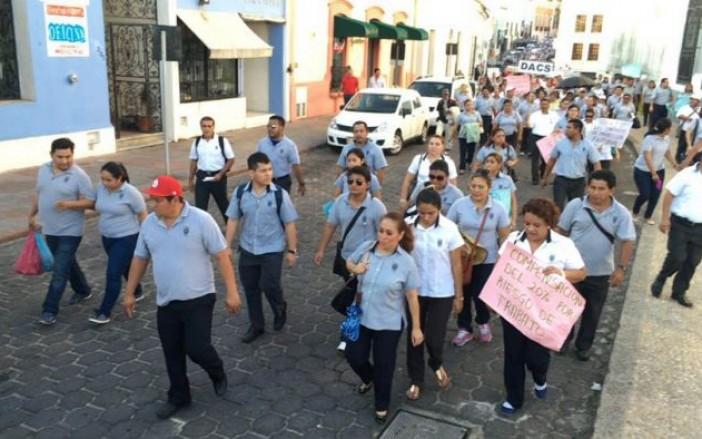 (Tabasco HOY) Con pancartas, lonas y gritos los manifestantes protestaron a lo largo de su travesía.