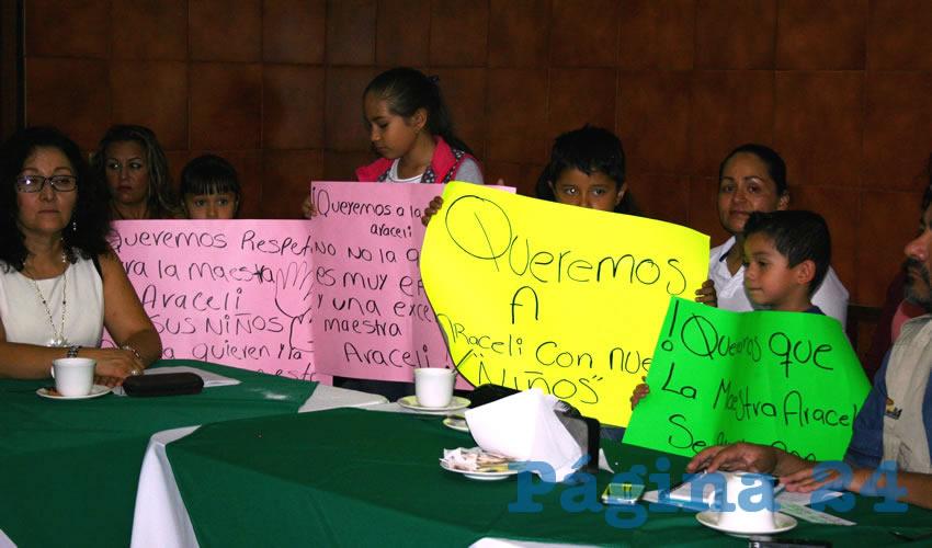 Con pancartas, hijos de profesores del Movimiento Magisterial Jalisciense (MMJ) llamaron al encargado de la educación en Jalisco a evitar el atropello de los derechos laborales de sus padres, pues se está cometiendo una aberración contra ellos, todo por no presentar las pruebas de ley/Fotos: Francisco Tapia