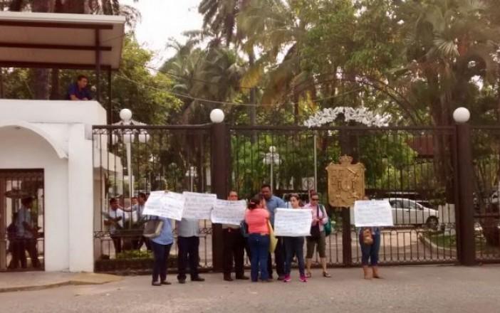(Francisco Olán / Tabasco HOY) Maestros exigen sus salarios afuera de la Quinta Grijalva.