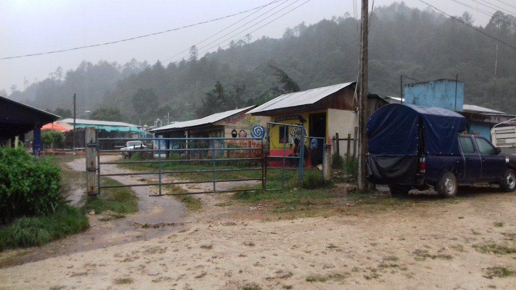 La entrada al caracol de La Garrucha despejada en la tarde de lluvia.
