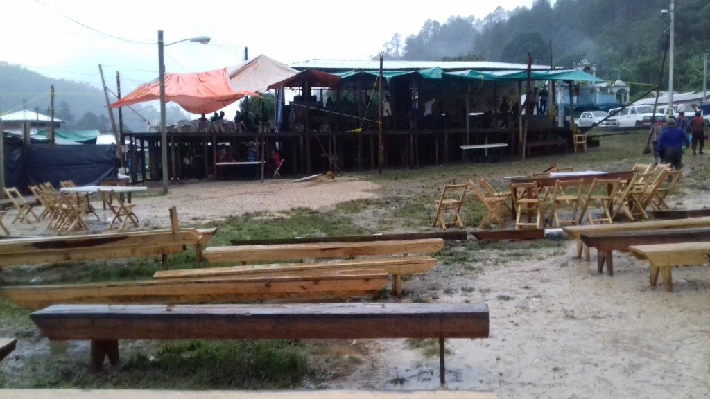 El templete y la zona del publico se vaciaron en la tarde para dejar pasar la lluvia.