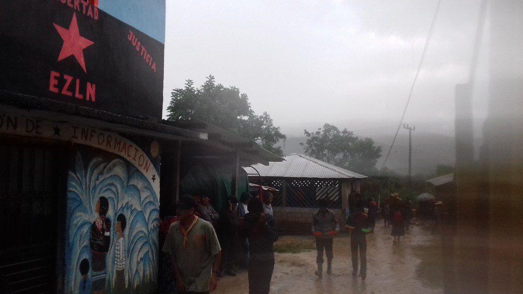La gente circulando entre el clima lluvioso