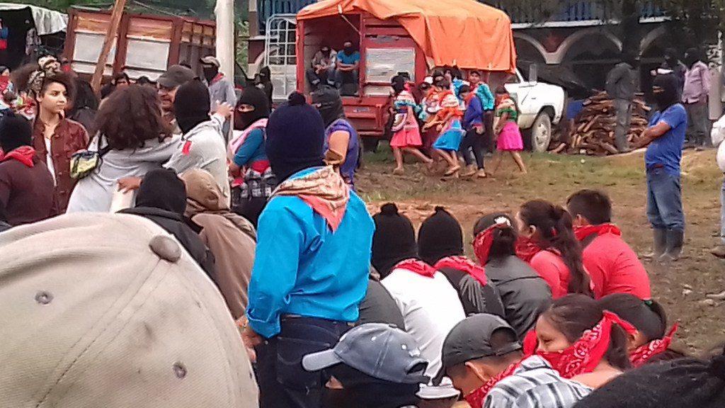 Las Jovenas zapatistas corren para alcanzar a tiempo su presentacion.