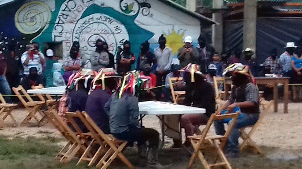 Representantes del municipio autonomo dialogan con partidistas durante una obra.