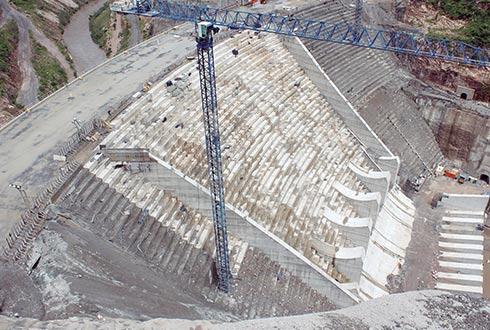Abengoa podrá cobrar por el suministro del agua cuando concluya la construcción de la presa. (Foto: Especial)