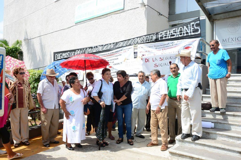SAN FCO. DE CAMPECHE, 08 DE SEPTIEMBRE DEL 2016.--JUBILADOS Y PENSIONADOS DEL ISSSTE SE MANIFIESTAN EN LA DELEGACION