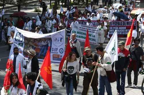Empleados del IMSS, Issste y Ssa marchan contra la privatización del sector salud (CDMX)