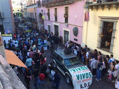 Encabezan estudiantes de Ayotzinapa manifestación en Guanajuato capital, en el marco del FIC