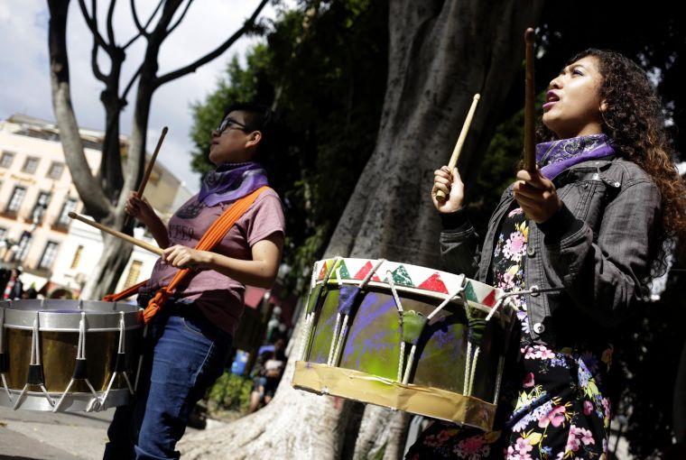 Con batucada exigen que paren los feminicidios en Puebla