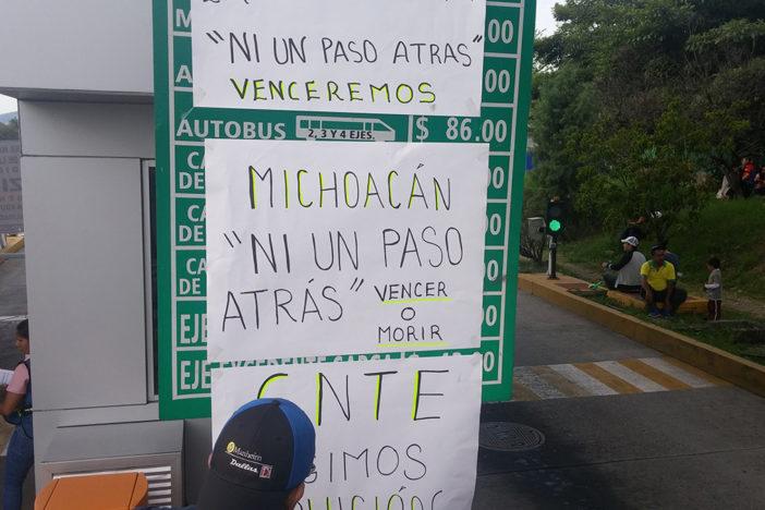 Maestros de Michoacán toman casetas de las autopistas Siglo XXI y de Occidente