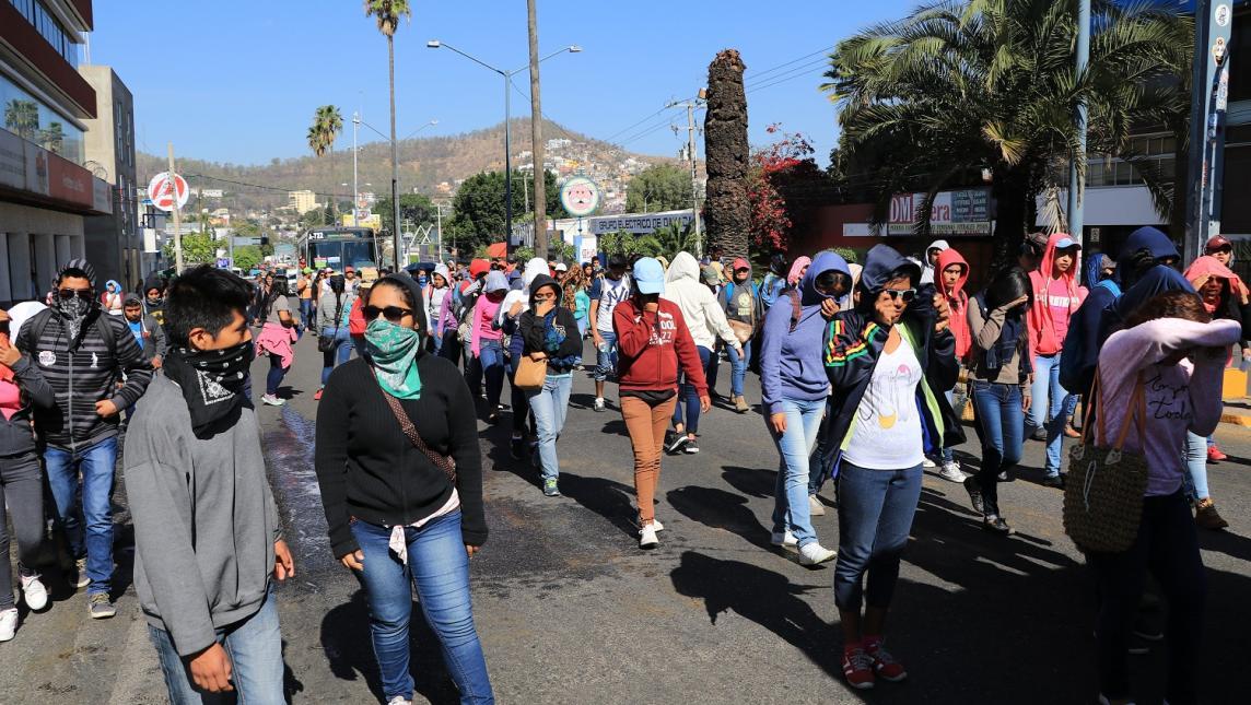 Normalistas piden plazas y hasta balones en Oaxaca