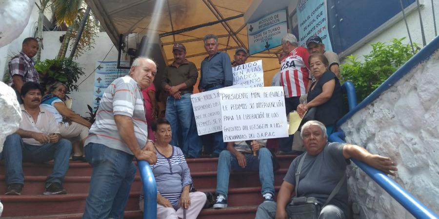 Amenazan trabajadores jubilados del SAPAC con toma de oficinas; bloquean avenida
