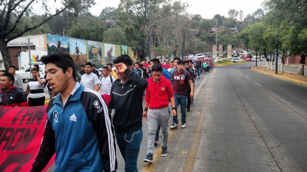 Libres, 60 de los 68 normalistas detenidos ayer