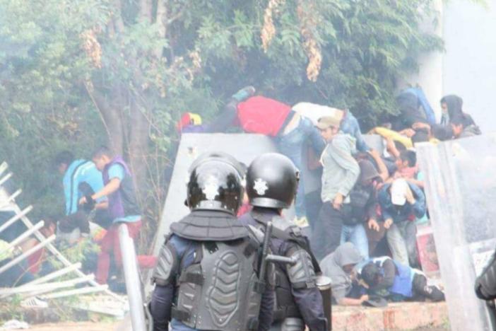 Decenas de normalistas son detenidos tras encontronazo con policías en Michoacán (Videos)