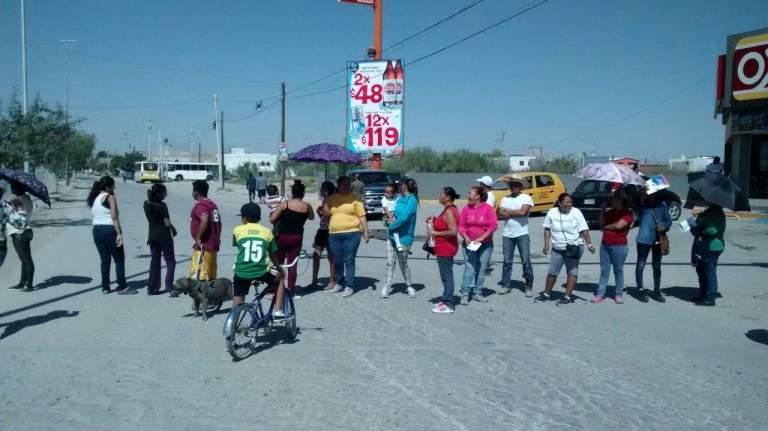 Cansados de fétidos olores, colonos bloquean bulevares; exigen limpiar drenaje (Torreón Coahuila)