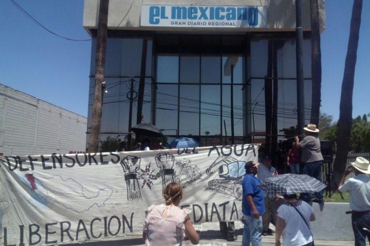Protesta Mexicali Resiste en oficinas del periódico El Mexicano, en Mexicali