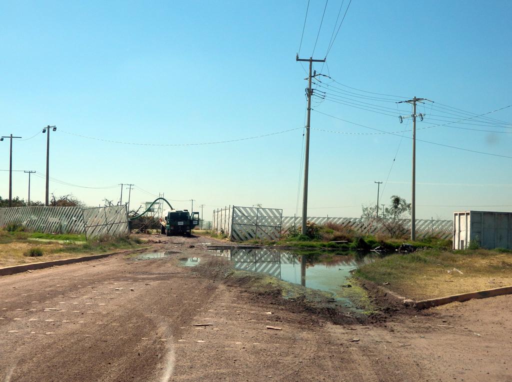 Derraman aguas negras en vialidades del Guanajuato Puerto Interior