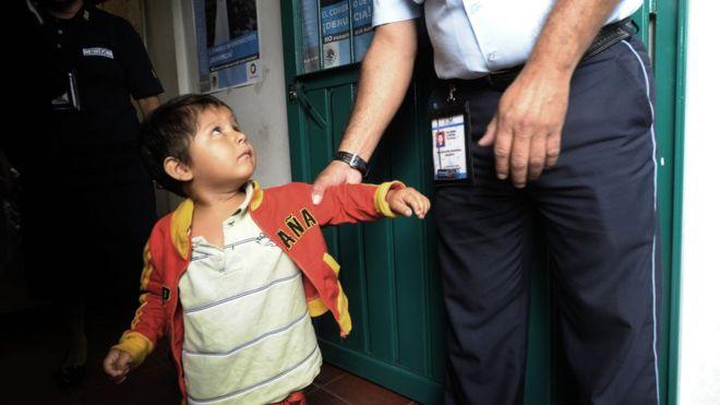 """""""No sabían lo que era ver la luz del día"""": cómo México detuvo y procesó a 138.000 niños migrantes en 5 años"""