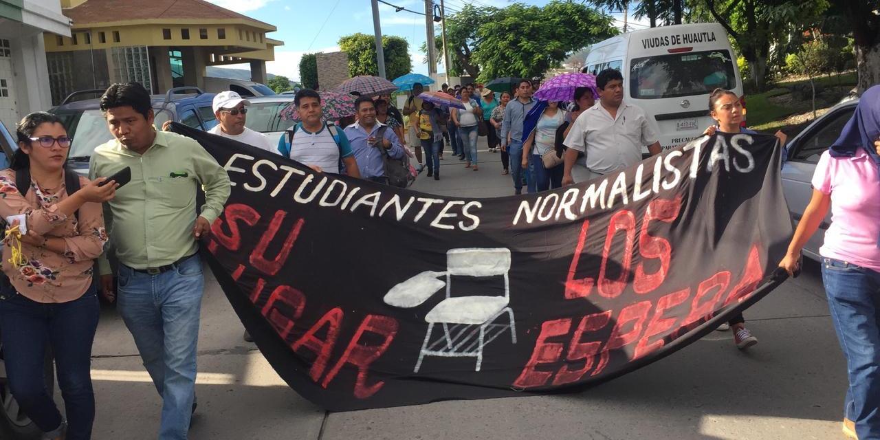 Marchan más de mil ciudadanos en Chilpancingo y hacen mitin en Acapulco para exigir la presentación de los 43