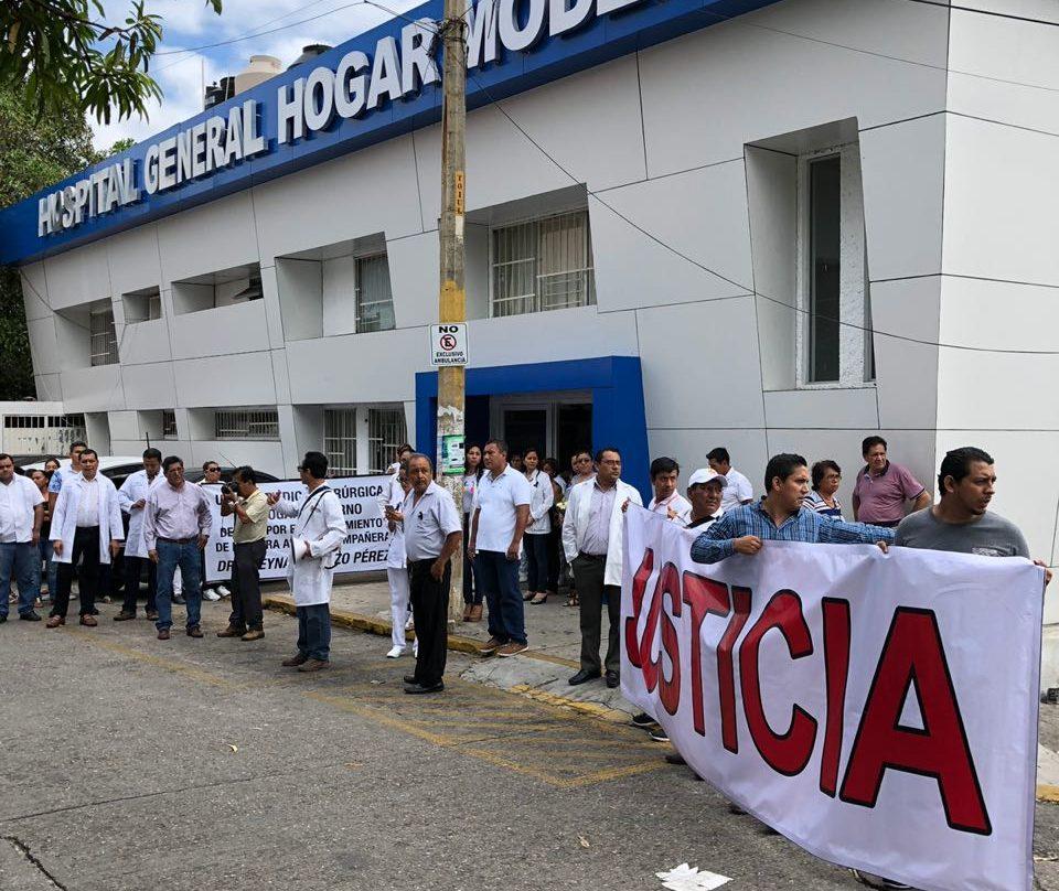 Médicos marchan en Acapulco por asesinato de oftalmóloga