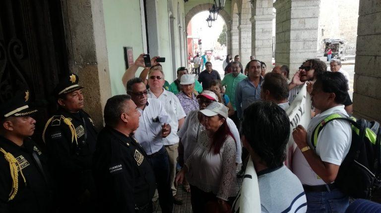 Protestan exempleados del gobierno de Yucatán; exigen liquidación justa