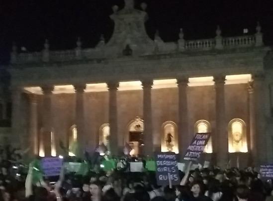 Mujeres de NL se suman al #8M y marchan por las calles del centro (Nuevo León)