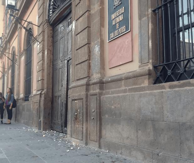 Mujeres lanzan huevos al Edificio Central de la UASLP (San Luis Potosí)