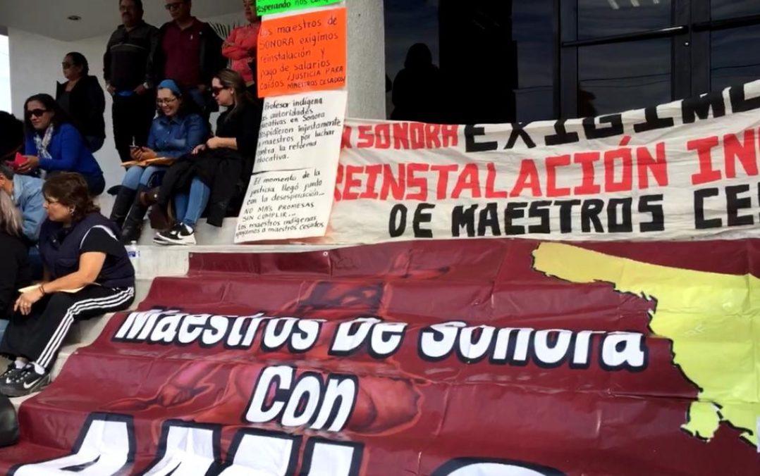 Maestros cesados con la reforma educativa montan plantón en el Congreso de Sonora