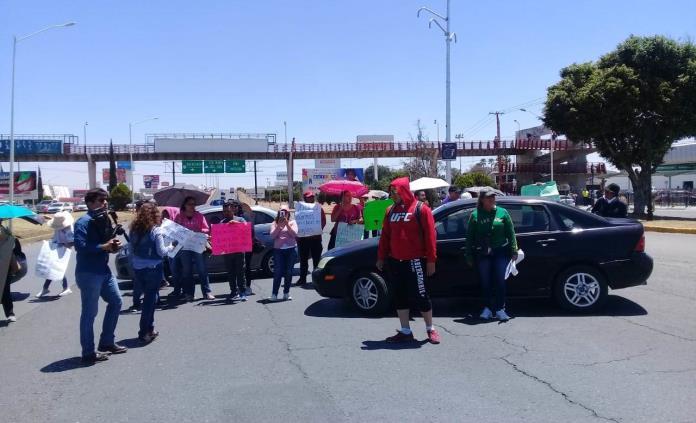Desalojan a docentes de inglés; responden con bloqueo en la 57 (San Luis Potosí)