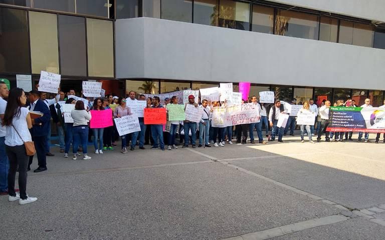 Maestros se manifiestan frente a SEGE por suspensión de programa de inglés (San Luis Potosí)