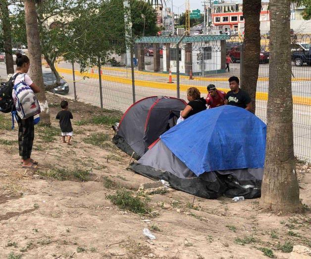 Desesperante situación de migrantes en puente (Tamaulipas)
