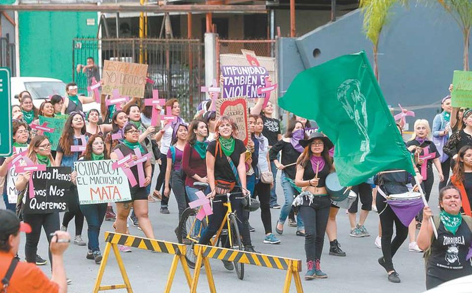 Marchan en el centro contra la violencia de género (Nuevo León)