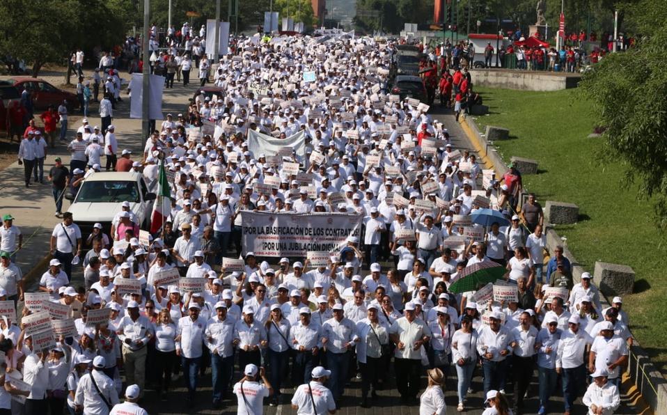 Marchan maestros; exigen respeto a sus derechos (Nuevo León)