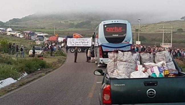 Zapotecos de San Dionisio Ocotepec bloquean carretera en defensa de su territorio invadido por empresario (Oaxaca)