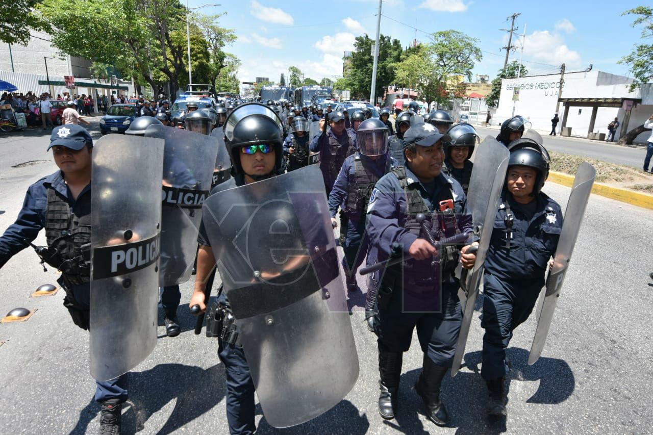 En desalojo termina bloqueo de papás de estudiantes rechazados por la UJAT (Tabasco)