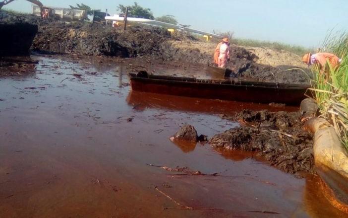 Exhiben nativos derrame en pozo Kenora (Tabasco)