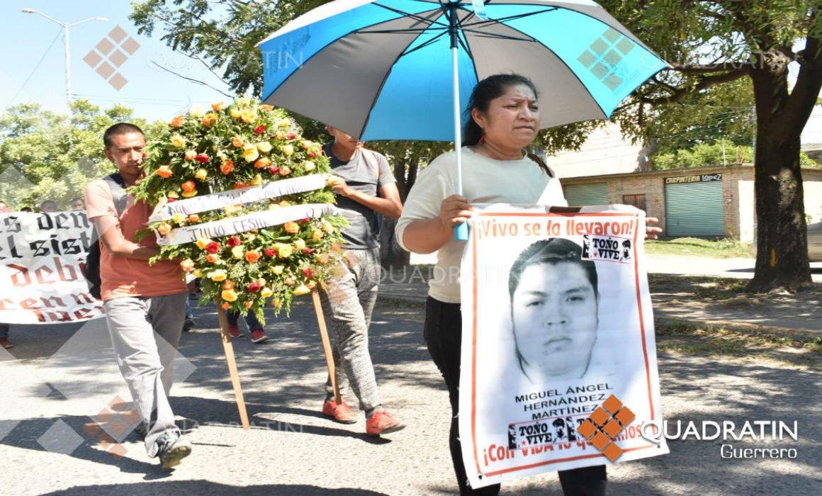 Padres de los 43 marchan en Iguala a 59 meses del caso Ayotzinapa