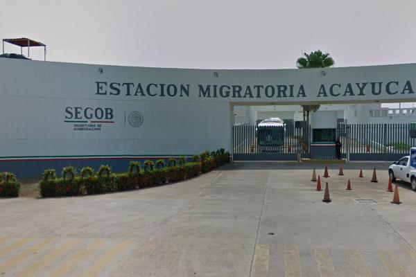 Migrantes exhiben condiciones deplorables de estación migratoria de Acayucan, Veracruz