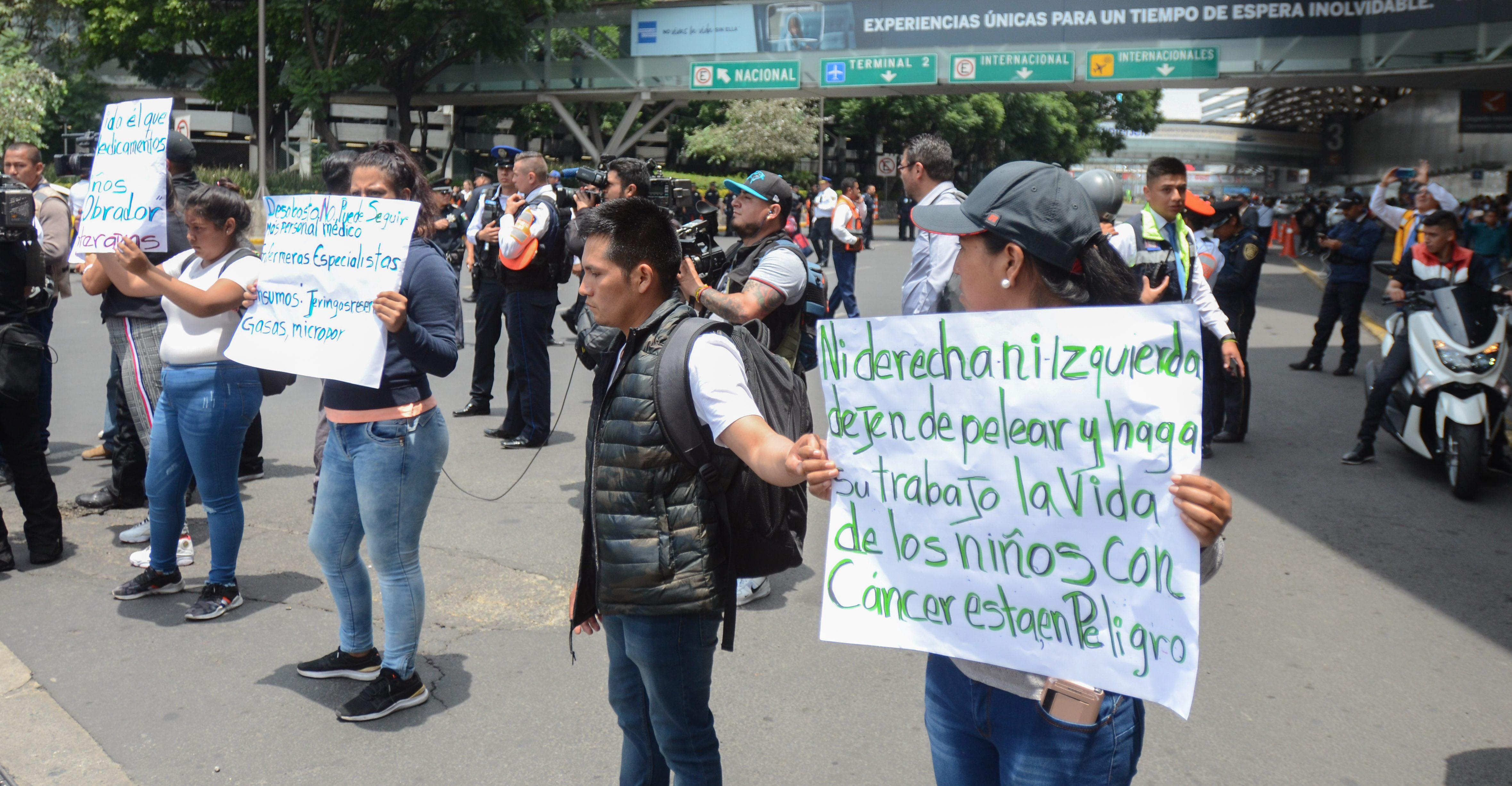 Padres de niños con cáncer protestan por falta de medicamento; Salud promete abasto (Ciudad de México)