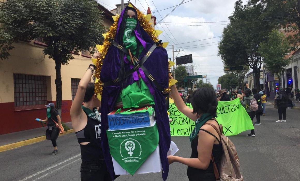 Marchan a favor del aborto en Toluca