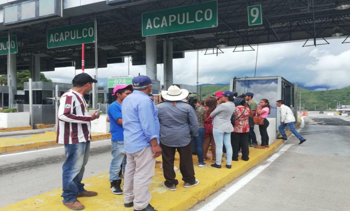 Desplazados en Guerrero toman caseta de Autopista del Sol