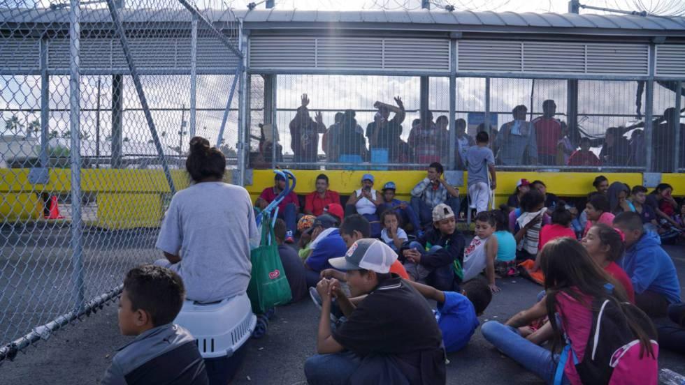 Cientos de migrantes toman un puente fronterizo en México para exigir asilo en EE UU (Tamaulipas)