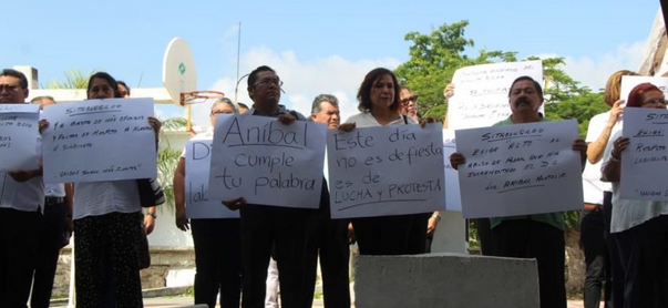 Maestros se manifiestan contra director de Conalep por falta de pagos durante ceremonia de aniversario en Cancún