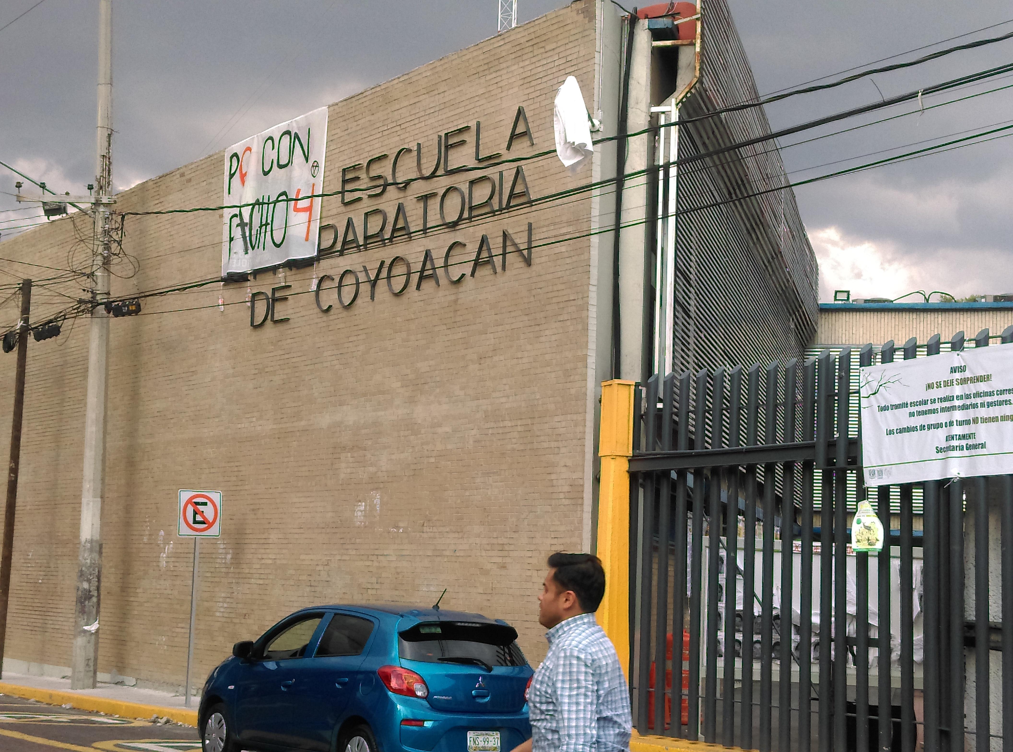 """""""Lucha, lucha, lucha, no dejes de luchar"""" es la consigna de la Prepa 6 en su paro de labores en el quinto aniversario de la desaparición de los 43 estudiantes de Ayotzinapa (Ciudad de México)"""