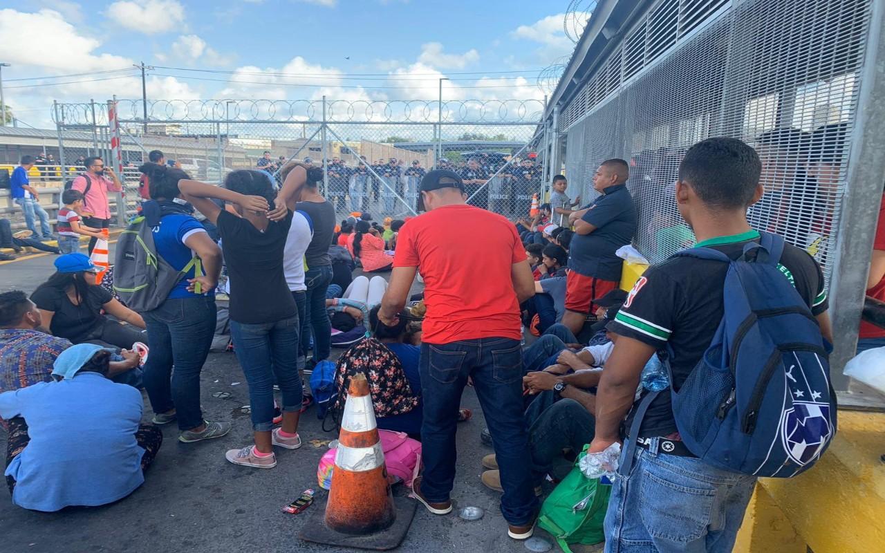 Migrantes tomaron el Puente Internacional Nuevo en Tamaulipas; piden que se aceleren sus trámites de asilo