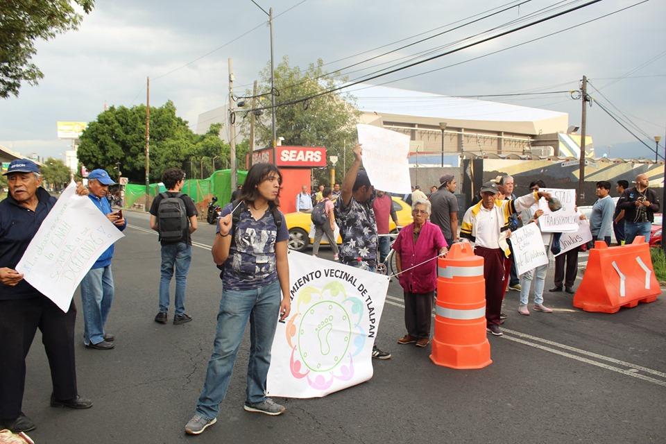 El Movimiento Vecinal de Tlalpan con apoyo de la Asamblea General de la ENAH bloqueó Periférico sur para demandar seguridad, cumplimiento y la colocación inmediata del puente para la Carrasco. (Ciudad de México)