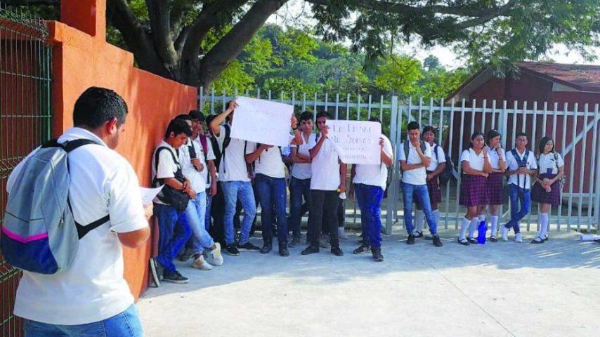 Alumnos de Miramar cierran escuela (Colima)