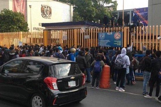 Encapuchados toman la Prepa 8 de la UNAM por violencia de género e inseguridad (Ciudad de México)